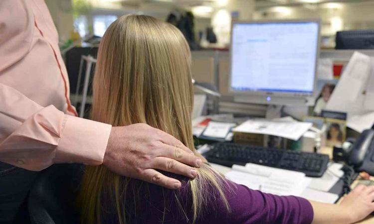 آزار های جنسیتی زنان در محیط کار و سکوت و ...