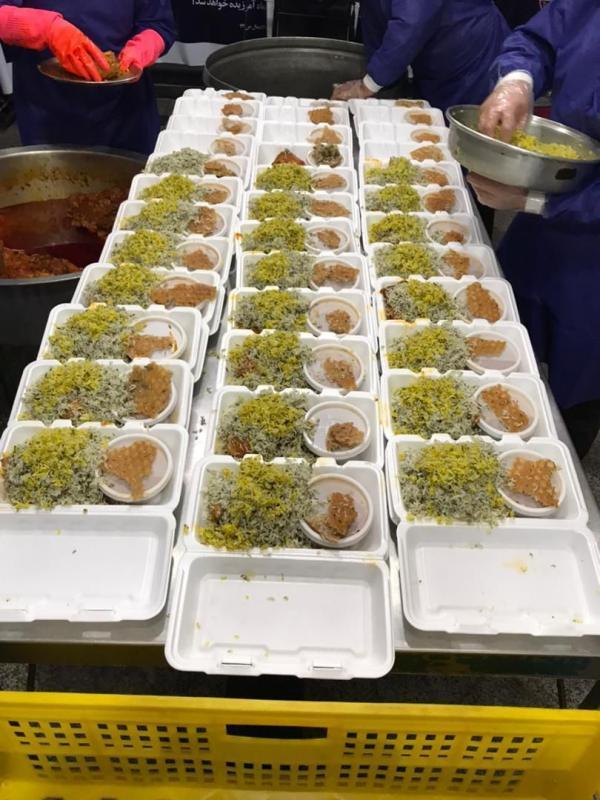 توزیع 1000 وعده غذای گرم میان بچه ها کار و کارتن خوابها توسط خادمیاران رضوی
